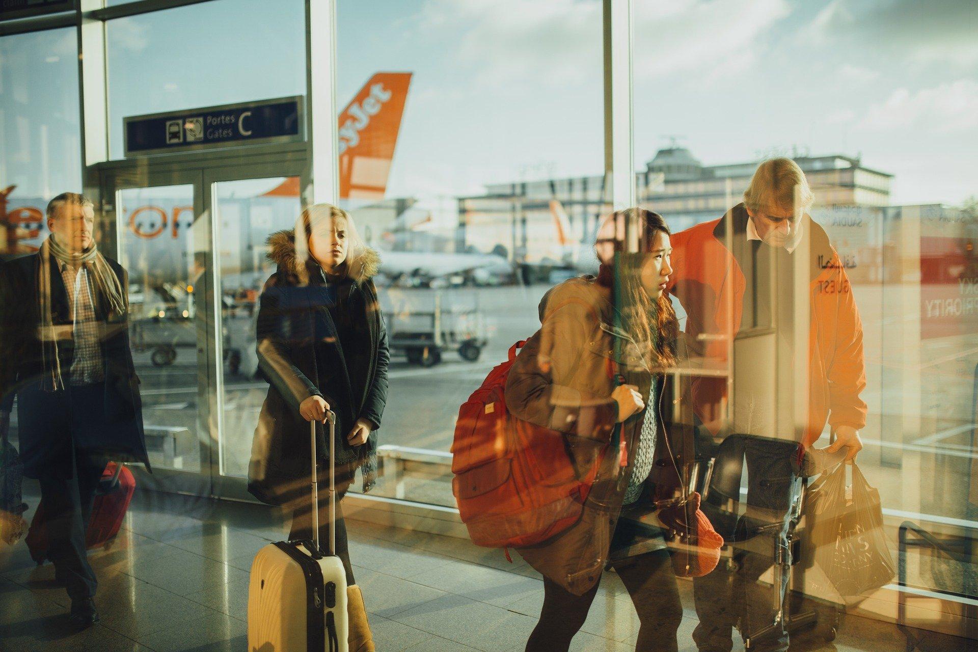 Fil d'embarquement dans un aéroport avec un avion Easyjet en arrière plan