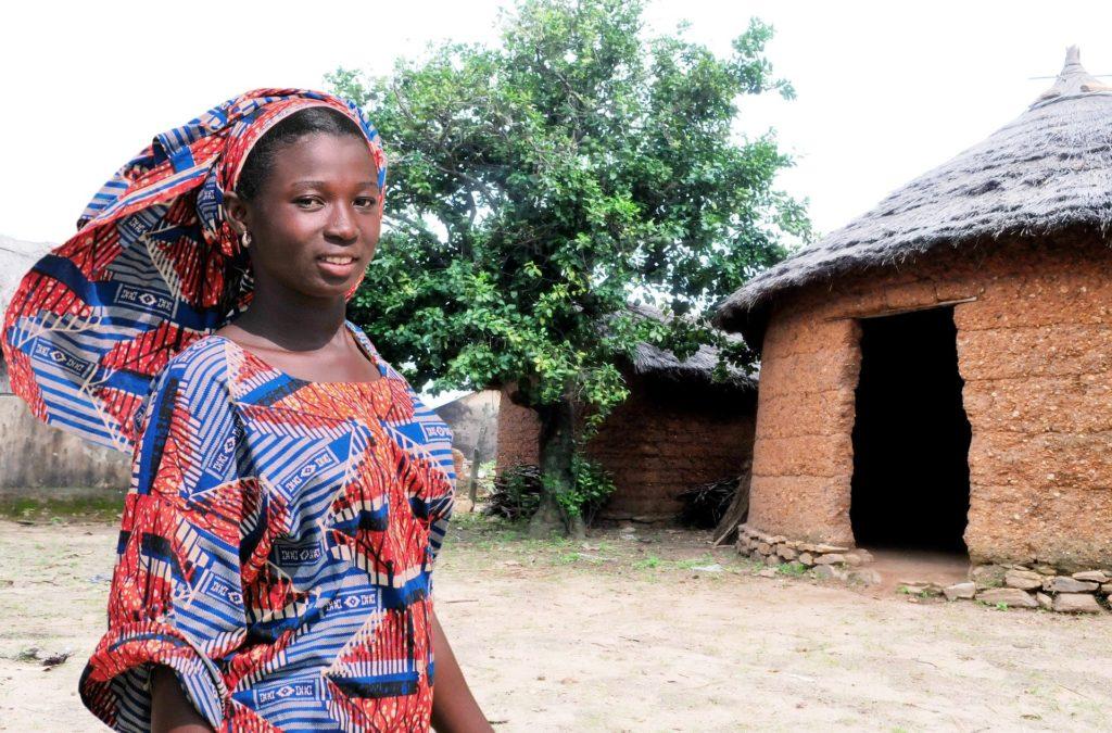 Femme devant une Tata Somba au Togo