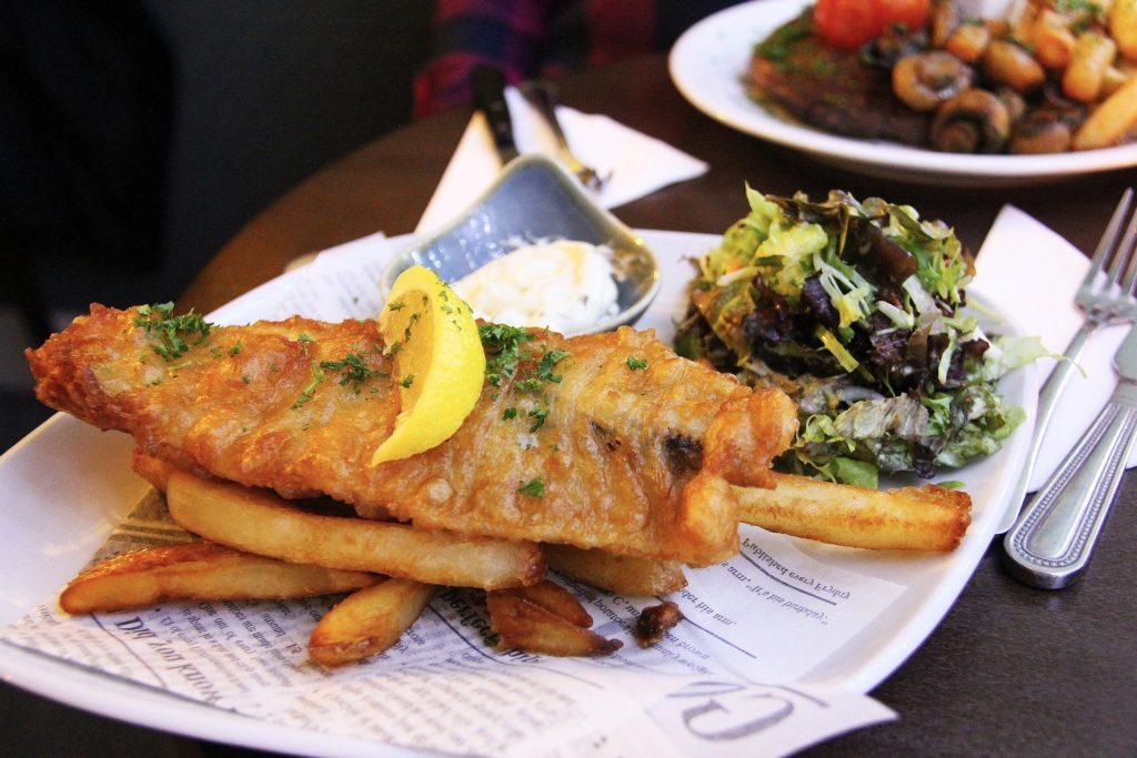 Le fish and chips, un plat emblématique de la gastronomie anglaise