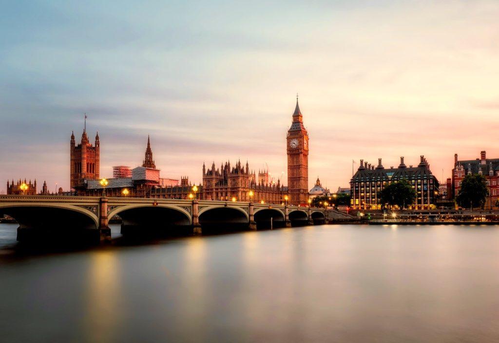 Le Pont de Westminster enjambe la Tamise vers Big Ben et le Parlement