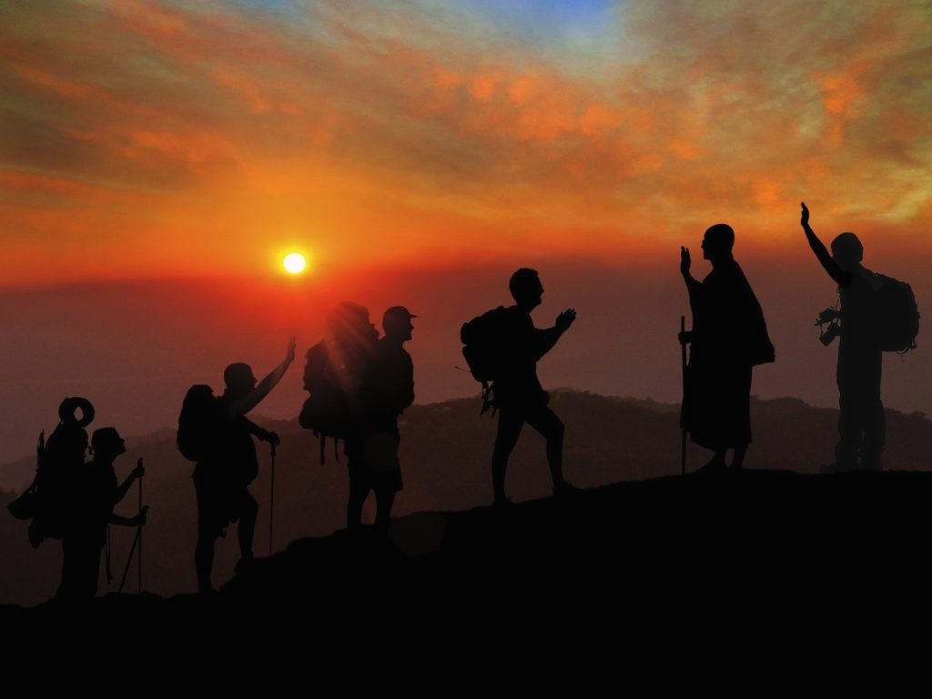 Backpackers, les voyageurs en sac à dos, en Asie saluant des moines