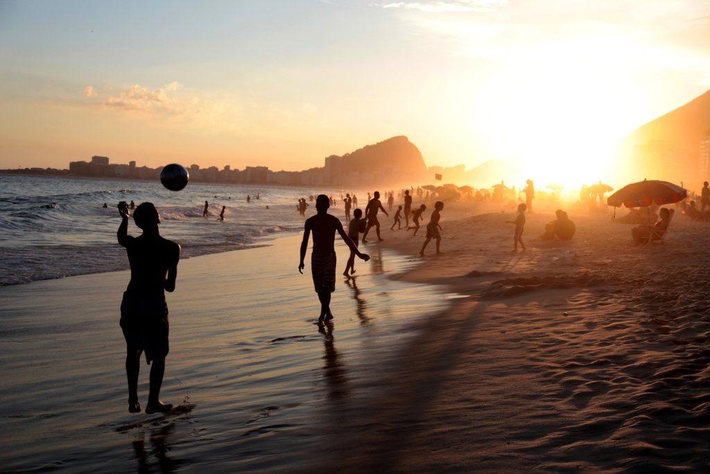 Coucher de soleil sur la plage de Copacabana à Rio de Janeiro au Brésil