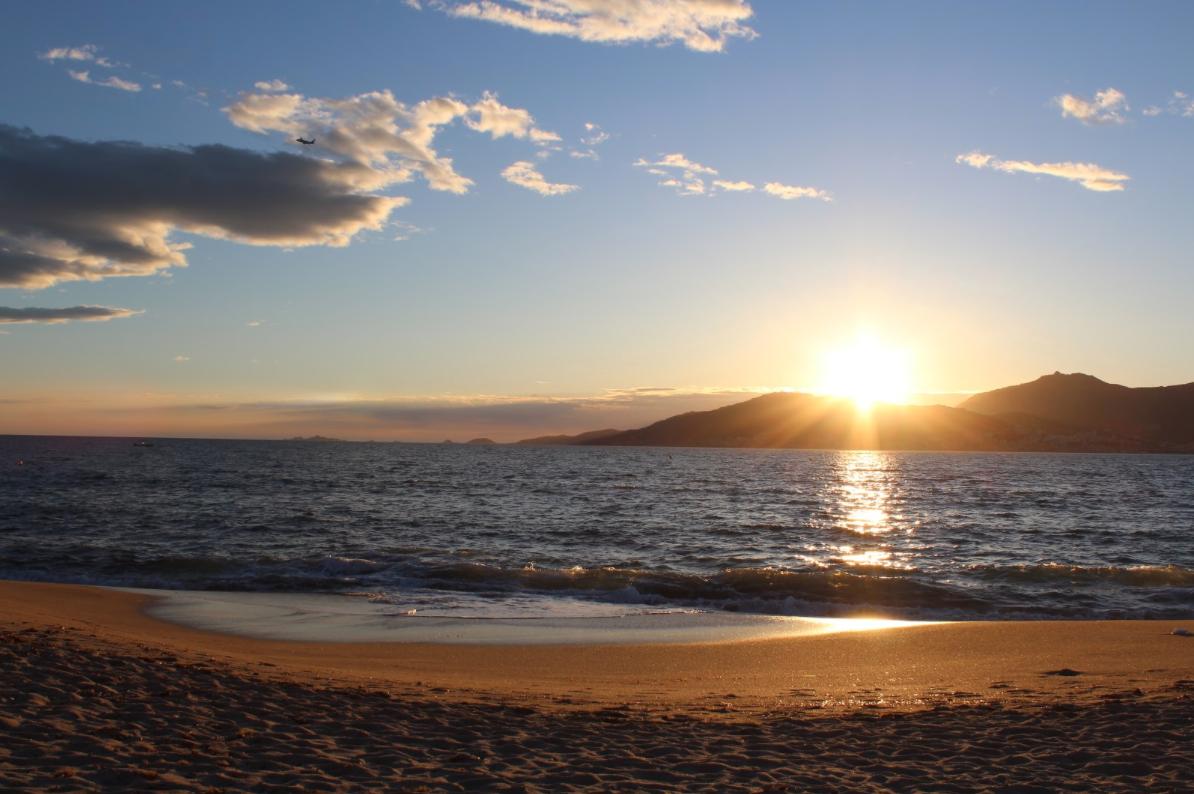 Coucher de soleil sur la mer en Corse