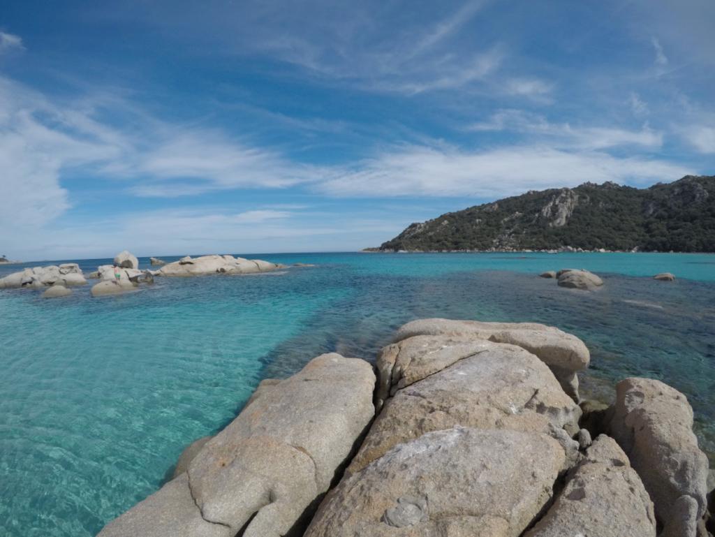 La Corse : une mer transparente et de jolis rochers