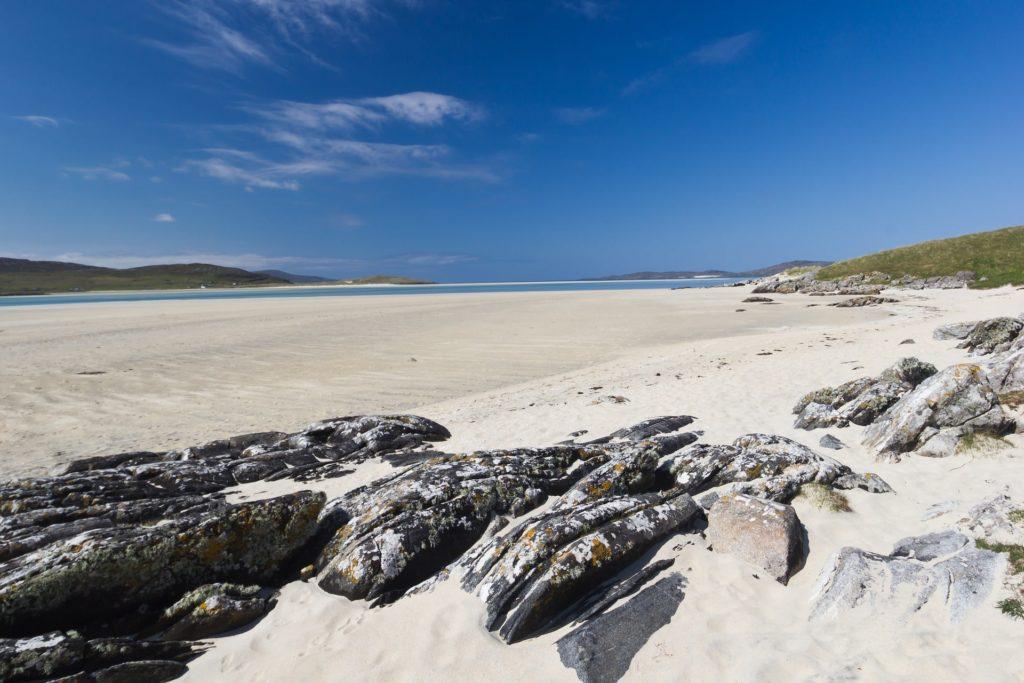 Le sable blanc de la plage de Luskentyre sur l'île de Harris dans les Hébrides Extérieures