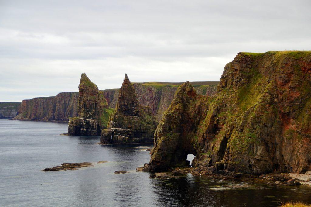 Le village de John O'Groats et ses falaises dans les Highlands