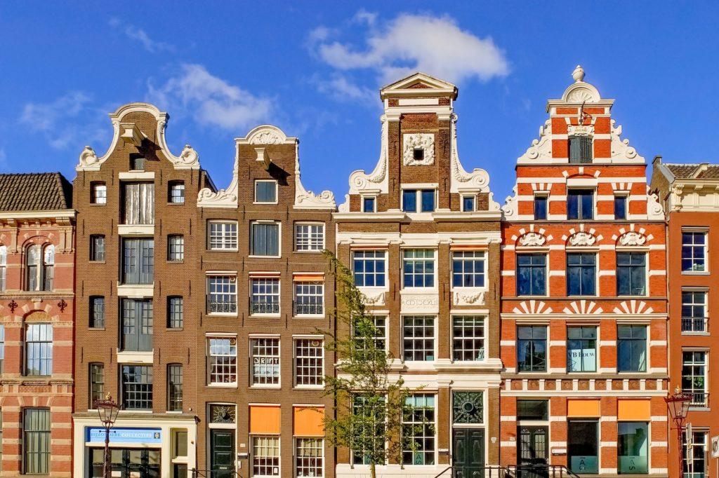 Les devantures des maisons typiques d'Amsterdam, capitale des Pays-Bas