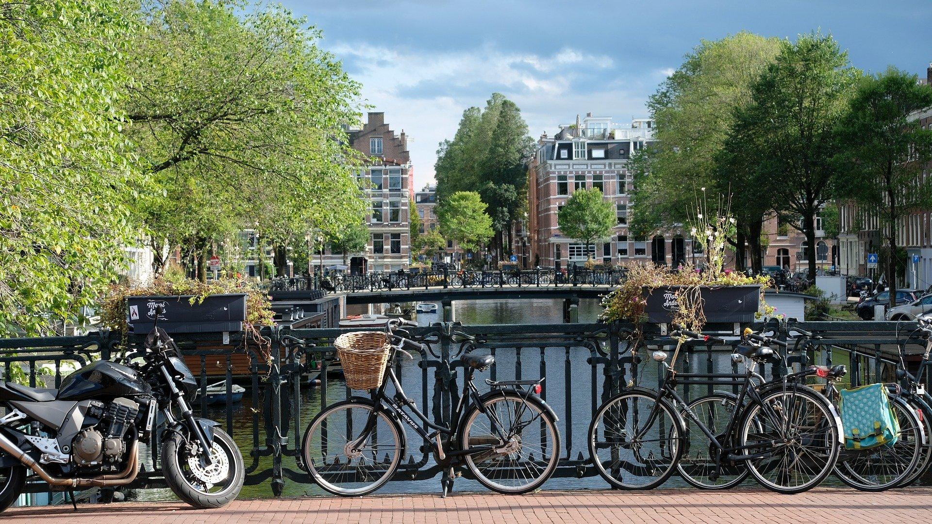 Les vélos attachés sur les ponts d'Amsterdam