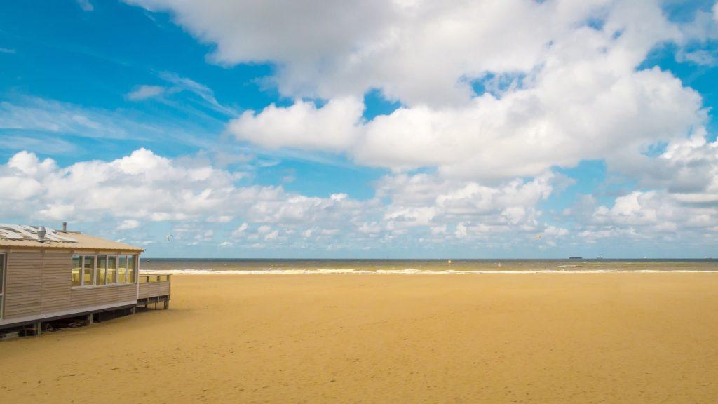 La plage de Scheveningen à côté de La Haye aux Pays-Bas