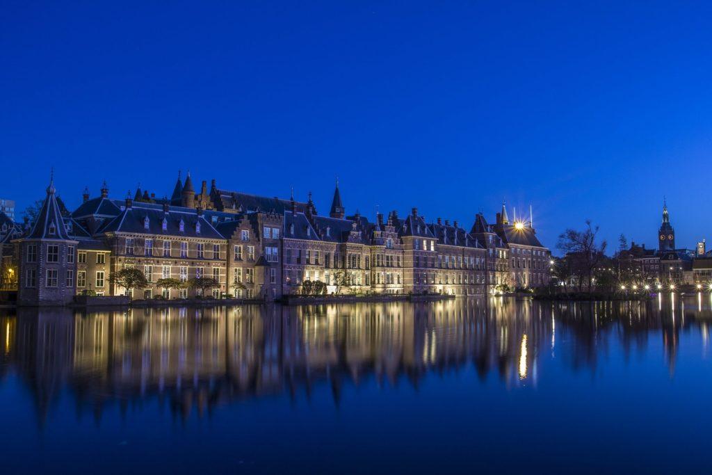 La ville de La Haye aux Pays-Bas, vue de nuit