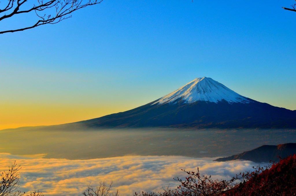 Japon : le soleil se reflète sur le Mont Fuji