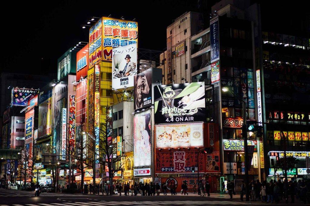 Les grandes rues commerçantes du quartier Akihabara à Tokyo