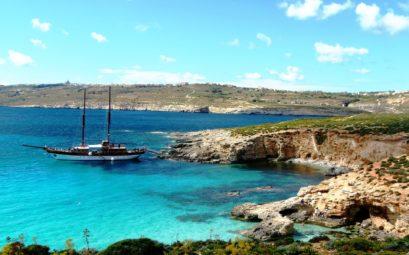L'île de Comino à Malte : un bateau sur ses eaux turquoises