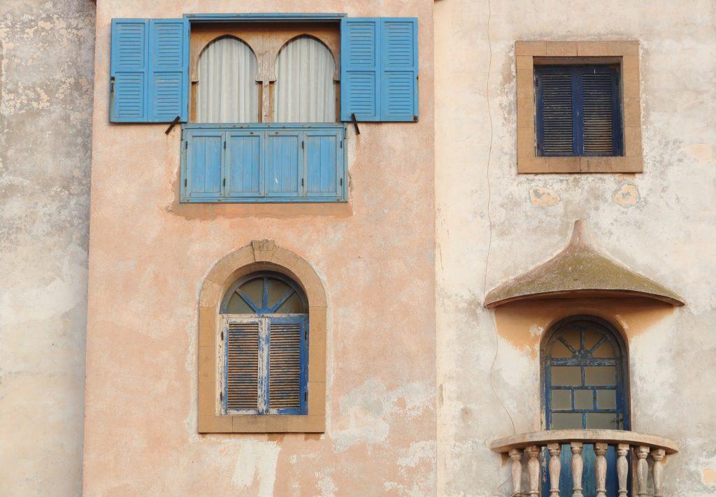 Fenêtres et balcons typiques à Essouira au Maroc