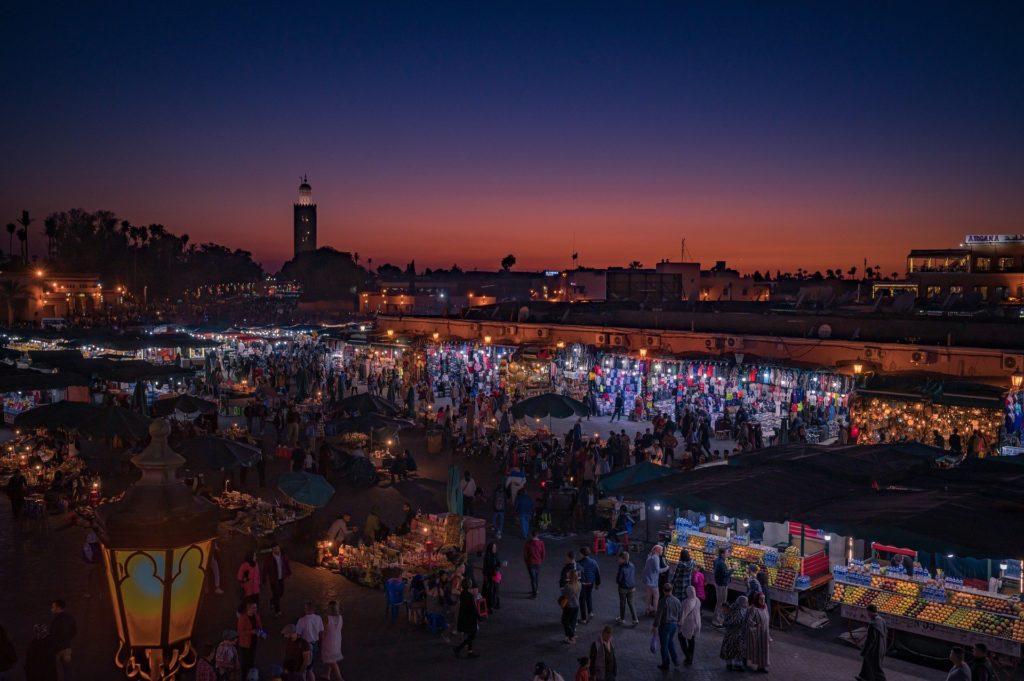 Le bazar de la Place Jamaâ El-Fna à Marrakech au Maroc