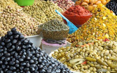 Souk d'Essaouira au Maroc : marché aux épices et aux olives