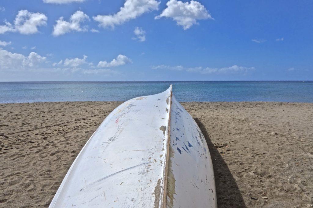 Bateau sur une plage de sable en Martinique