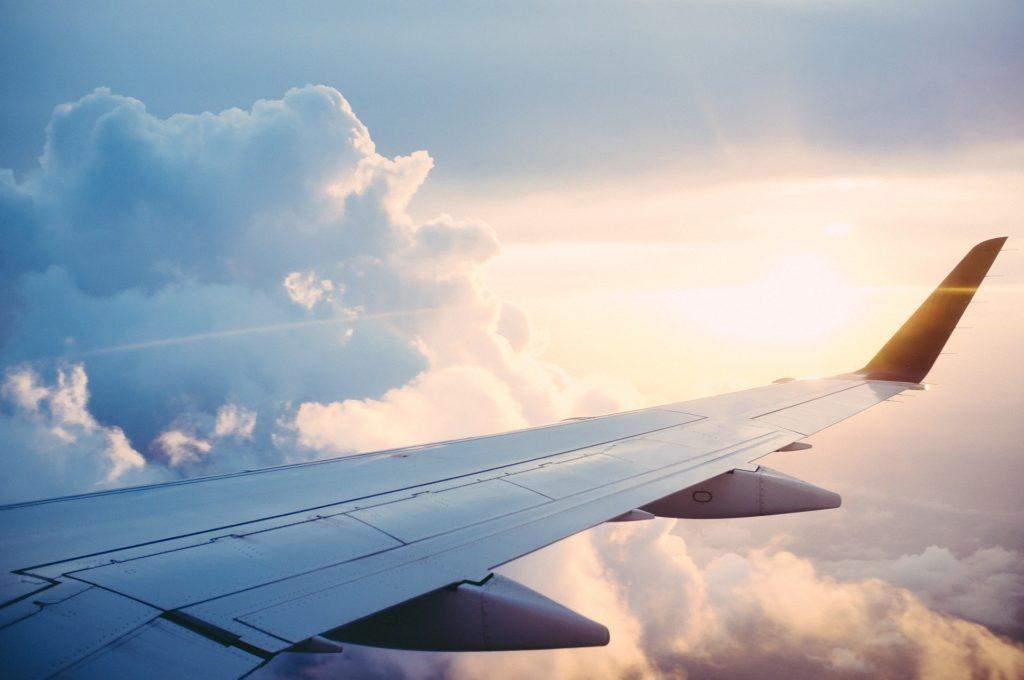Le soleil se reflétant sur l'aide d'un avion en vol