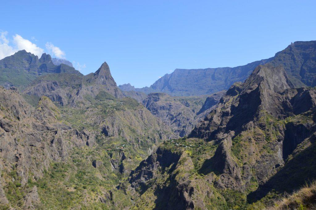 Randonnée dans le cirque de Mafate sur l'île de la Réunion et vue sur les îlets
