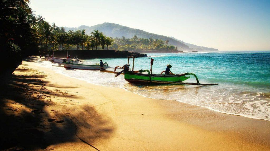 Bateaux typiques sur une plage à Bali en Indonésie