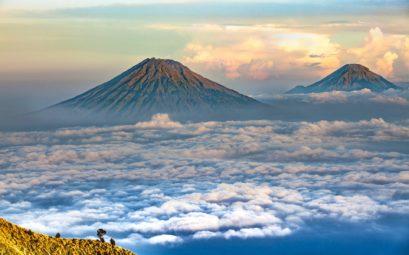 Le volcan Sundoro et le Sumbing sur l'île de Java en Indonésie
