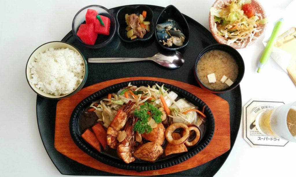 La gastronomie japonaise riche en riz, légumes et produits de la mer
