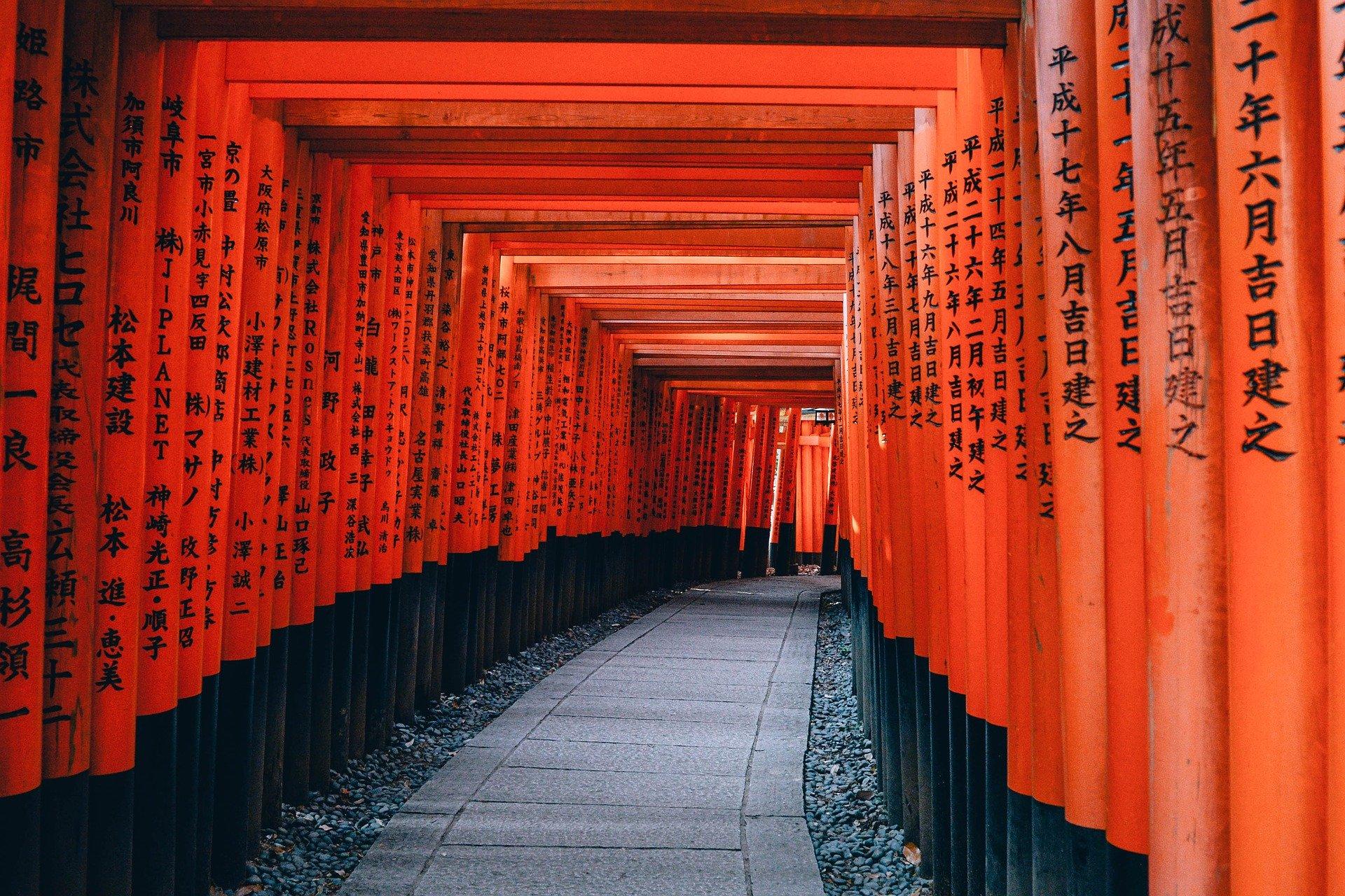 Kyoto, chemin d'arches rouges menant à un temple Shinto