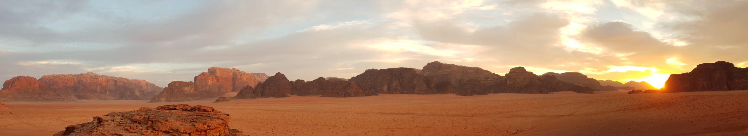 Panorama : Le coucher de soleil sur le désert Wadi Rum en Jordanie