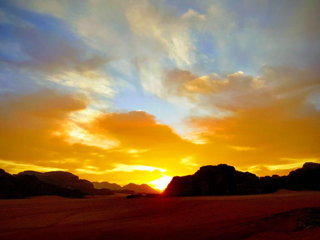 Coucher de soleil sur le désert de Wadi Rum en Jordanie