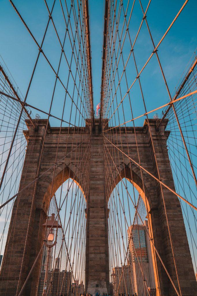 Lever du soleil sur le pont de Brooklyn à New-York