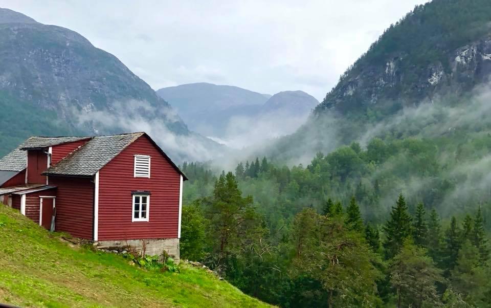 Une maison rouge sur une montagne à Stalheim en Norvège