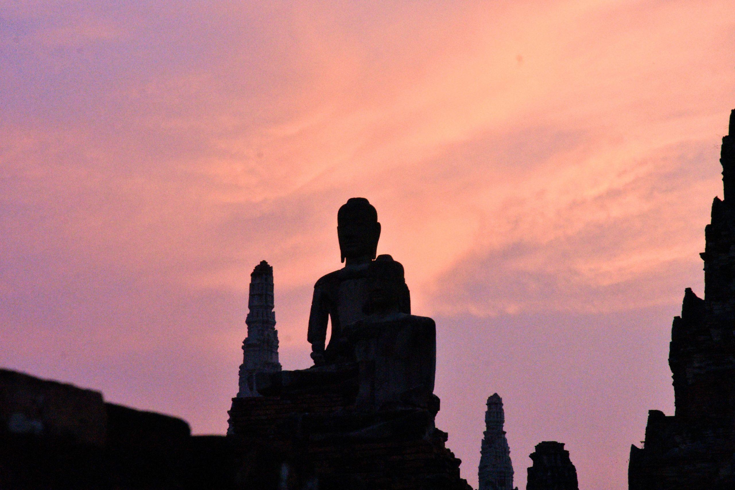Statues à Ayutthaya en Thaïlande, ancienne capitale du Royaume de Siam au coucher de soleil