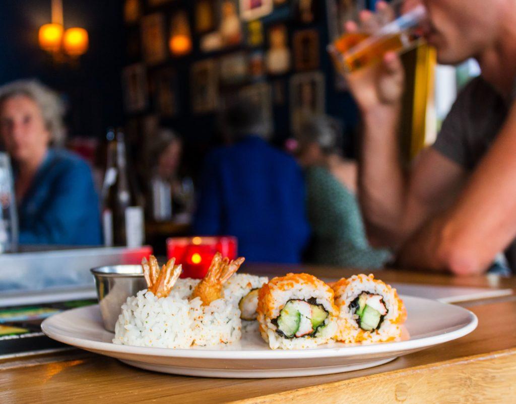 Un sushis bar au Japon