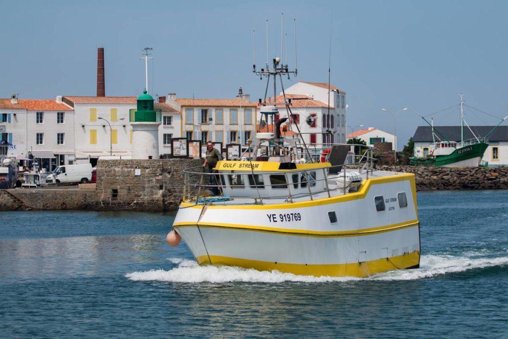 Bateau de pêche sortant du port de Portjoinville à l'île d'Yeu - Vendée (85) - France